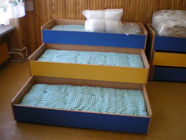 Trijų stalčių lovytė be stogelio